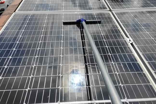 Limpieza-de-superficies-de-paneles-solares